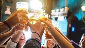 É possível conciliar SIM o alcool e musculação. happy hour com os amigos faz bem pra saúde mental. podemos mas com parcimônia.
