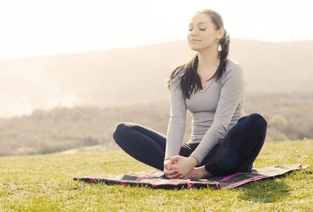 Aliviar o estresse é uma das formas de como controlar a compulsão alimentar
